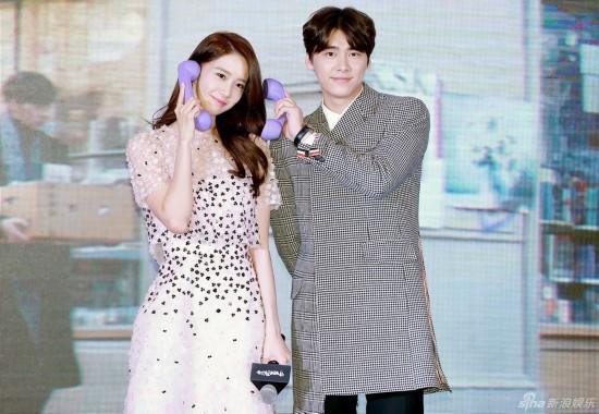 秀儿文字-12月16日,李易峰携林允儿出席新歌《请跟我联络》MV发布会,两人