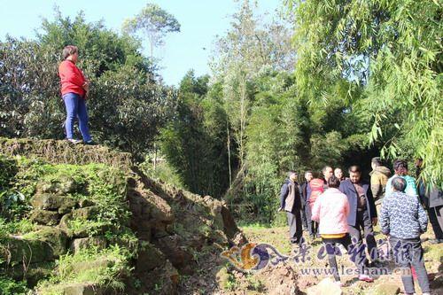 阻工村民称,修桥不能对其祖坟