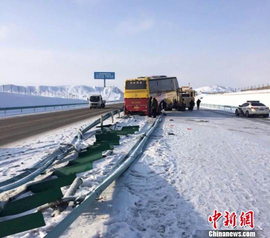 新疆巴州连续降雪致多条国省道通行受到影响(图)