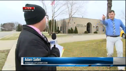 美电视台误打误撞直播银行被抢 记者报警抓获嫌犯