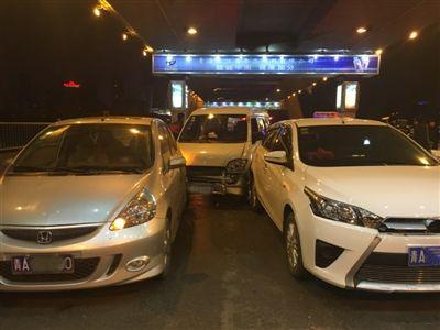 西宁:疯狂轿车引发八车相撞事故