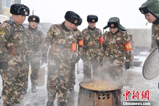 武警新疆总队恶劣环境开展新兵野营拉练图片