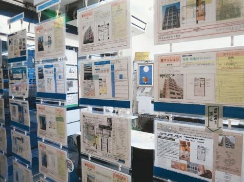 日本一家不动产公司门外粘贴租房广告。