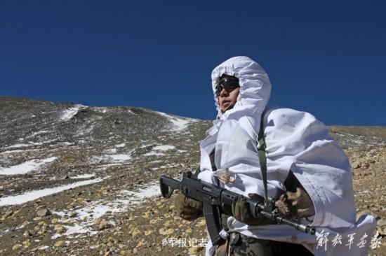 冰天雪地里坚守:西藏边防战士倚着冰柱睡着