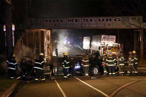 美国费城一轿车撞大卡车起火 3名年青女性遇难