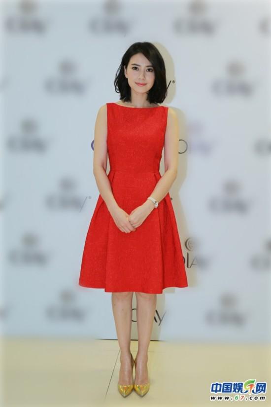 高圆圆短发红裙亮相 明媚大方分享美丽心得