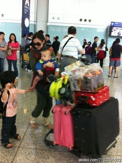 张柏芝两个爱子长成小男子汉兄弟俩帮妈妈推行李