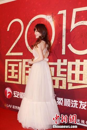 金莎现身《国剧盛典》红毯笑容甜美(图)