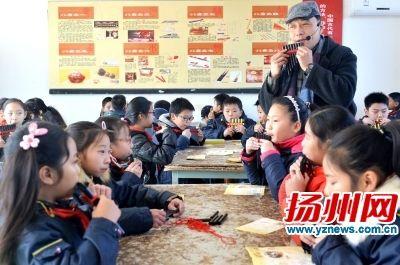 排簫演奏家在市中小學素質教育實踐基地傳授吹奏技藝。庄文斌攝