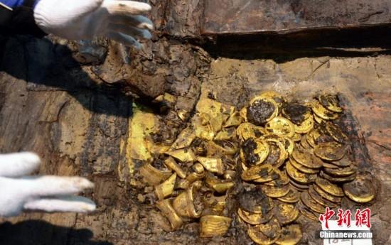 南昌西汉大墓取出大量马蹄金和金饼 现场一片金黄