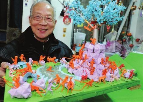 苏州七旬民间艺人制作《福猴迎新年》折纸作品