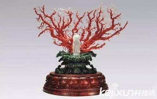 这枝珊瑚树,全身长满了一串串连理的樱桃小树,青梗,绿叶,红果,娇艳