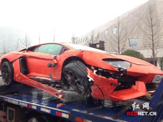 车身右前侧被撞坏。