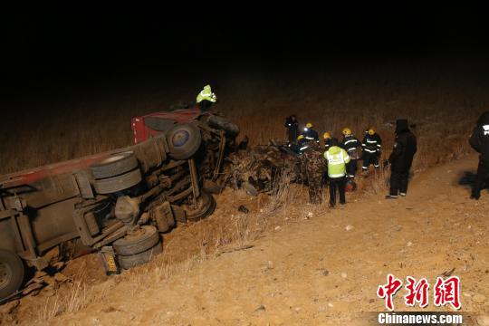 青海格茫公路两车相撞4人遇难轿车被撞扁