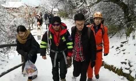 图片为山地救援队前往帮助寻找救援