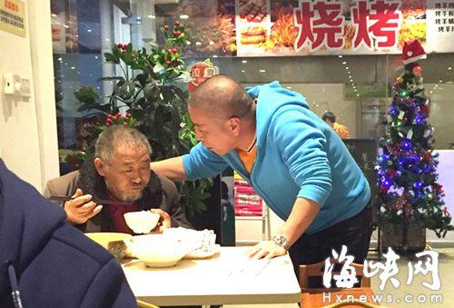 餐廳老板陳先生(圖右)交代老人,以后餓了可以再來吃飯