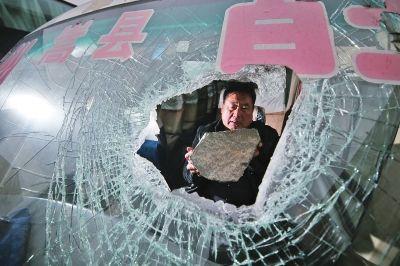 40斤大石头穿过车窗砸中客车司机胳膊 鲜血直流