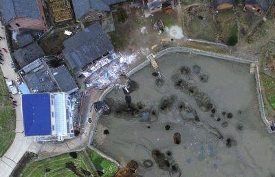航拍下的七井村,鱼塘内满是坑洞,村民的房屋倒塌。