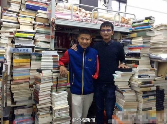 学霸寝室放5千册书籍 网友:请收下我的膝盖