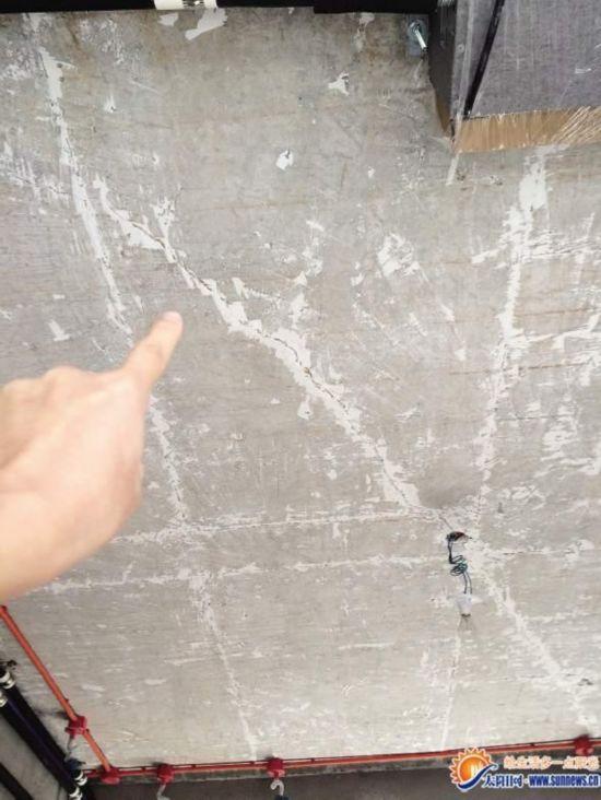 新房还没住楼板已开裂 开发商否认房子质量问题