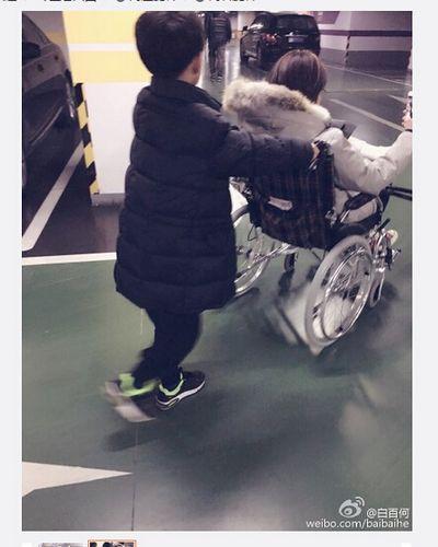 白百何受伤坐轮椅外出 儿子在身后卖力帮推(图)