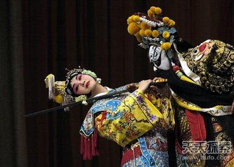 新疆京剧名家陈瑛作为特邀演员在音乐会上演唱京剧《霸王别姬》选段