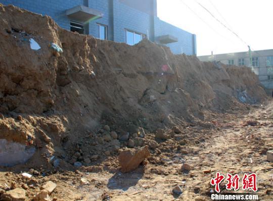 河北定州一建筑工地围墙倒塌致2人死亡(图)