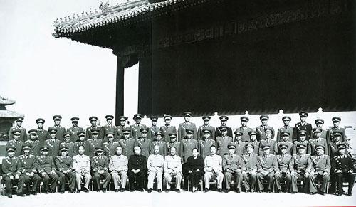 、刘少奇等党和国家领导人与出席国庆庆典的开国将帅在天安门城图片