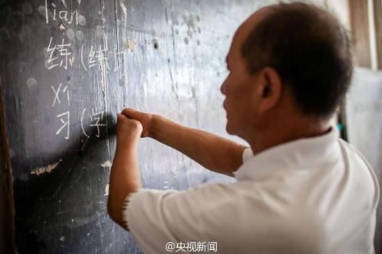 """""""无指""""山村老师执教26年 胳膊夹粉笔写板书"""