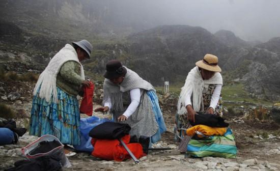 玻利维亚女性穿传统服饰助登山者攀登【11】