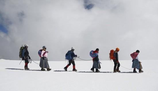 玻利维亚女性穿传统服饰助登山者攀登【2】