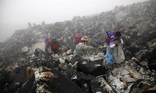 玻利维亚女性穿传统服饰助登山者攀登【3】