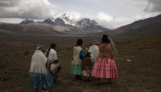 玻利维亚女性穿传统服饰助登山者攀登【10】