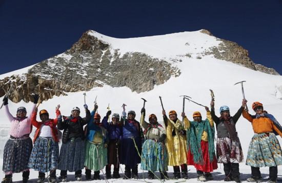 玻利维亚女性穿传统服饰助登山者攀登