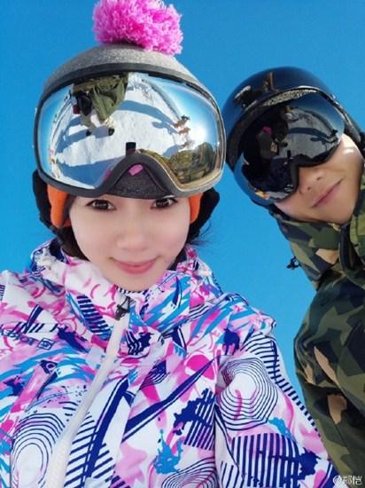 郑恺带女友与霍思燕一家滑雪踩单板酷炫十足(图)
