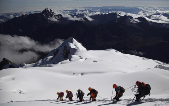玻利维亚女性穿传统服饰助登山者攀登【8】