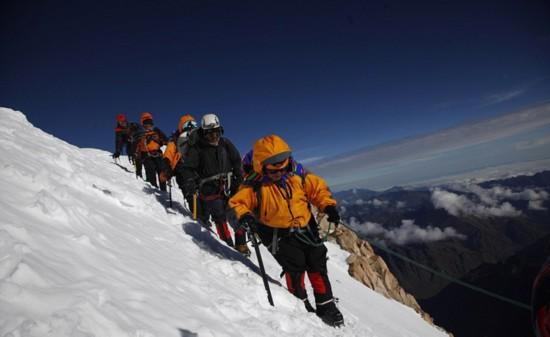 玻利维亚女性穿传统服饰助登山者攀登【6】