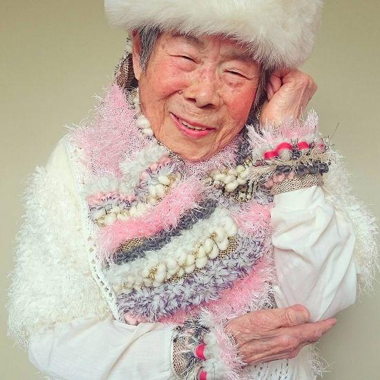 日本93岁老妇为孙女当模特摆拍尽显活力走红网络
