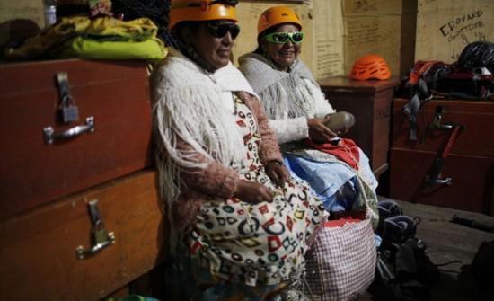 玻利维亚女性穿传统服饰助登山者攀登【7】