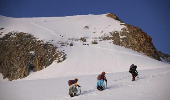 玻利维亚女性穿传统服饰助登山者攀登【5】