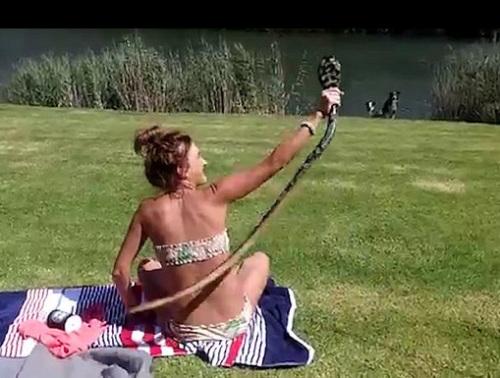 女子迅速的抓住了眼镜蛇。