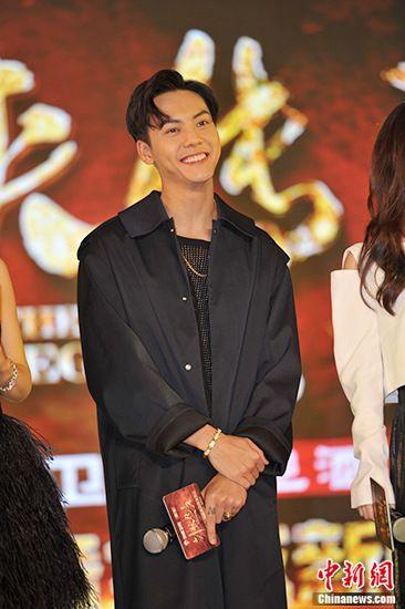 与赵丽颖拍3小时吻戏陈伟霆:导演的问题,有点尴尬
