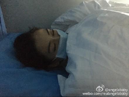 Angelababy生病缺席活动晒照躺病床上闭目休息