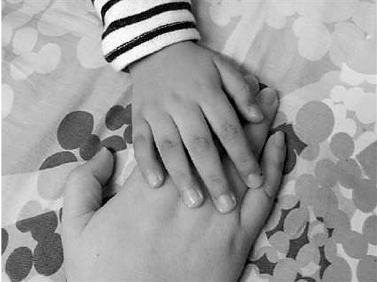 他每次痛都会抓住我的手,他说他小时候开刀也是抓住妈妈的手。(源自兜妈微博)