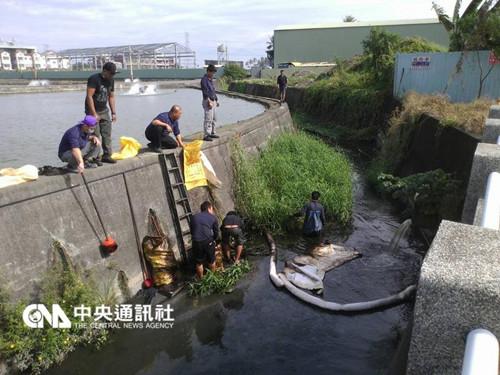 台湾高屏溪遭油污染致高雄约2万户居民停水
