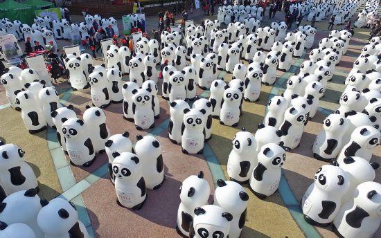 2016年1月8日,上海,800只憨态可掬的大熊猫回收箱展现在南京路步行街和淮海公园。/视觉中国