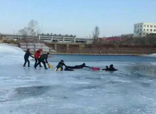 男女走冰湖落水5人用围巾做救命绳拽其上岸(图)