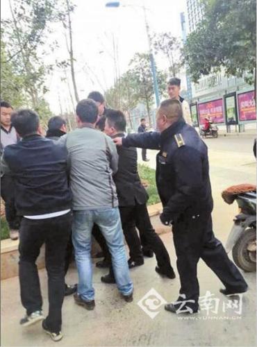 昆明城管与摊贩起冲突 市民手机拍视频被强删
