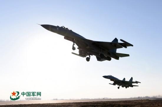 实拍航空兵某团新年首飞:战机呼啸升空