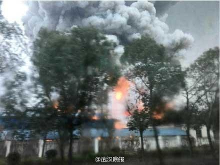 仙桃化工厂大火 湖北仙桃市沙湖镇化工厂大火现场浓烟